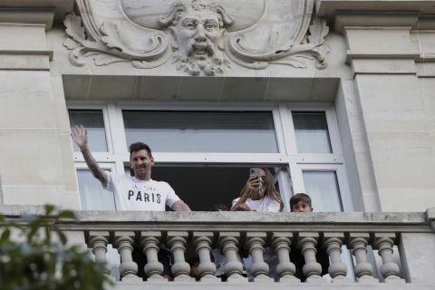 Ο Λιονέλ Μέσι χαιρετάει το συγκεντρωμένο πλήθος κάτω από το ξενοδοχείο όπου θα καταλύσει έπειτα από την άφιξή του στο Παρίσι για να υπογράψει στην Παρί Σεν Ζερμέν | Τρίτη 10 Αυγούστου 2021