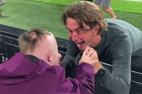 Ο Τόμας Φρανκ πανηγυρίζει με έναν μικρό οπαδό της Μπρέντφορντ μετά από την ιστορική νίκη επί της Άρσεναλ | 16 Αυγούστου 2021