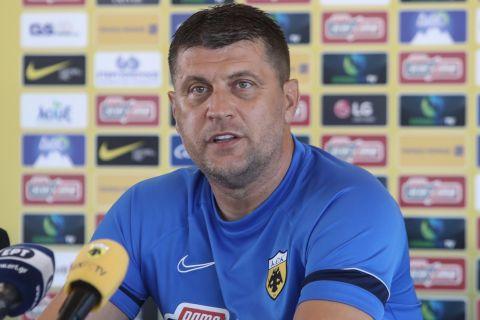 Ο προπονητής της ΑΕΚ, Βλάνταν Μιλόγεβιτς, κατά τη διάρκεια της συνέντευξης Τύπου για τον αγώνα με τη Βέλεζ στο 2ο προκριματικό γύρο του Europa Conference League 2021-2022   Τετάρτη 28 Ιουλίου 2021
