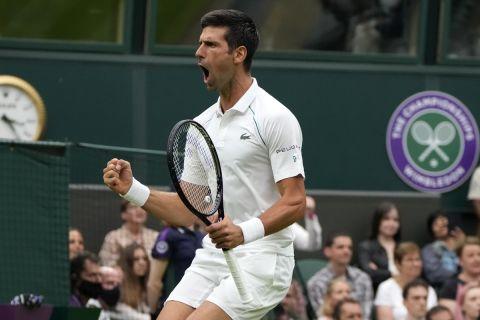 Ο Νόβακ Τζόκοβιτς πανηγυρίζει τη νίκη του στην πρεμιέρα του Wimbledon 2021 | 28 Ιουνίου 2021