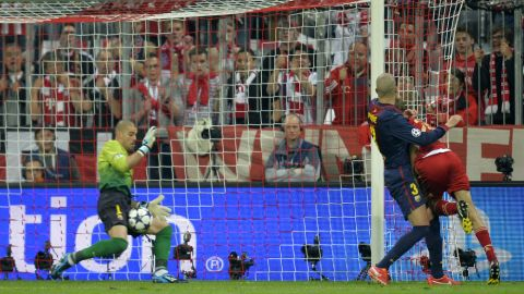 Bayern Munich's midfielder Thomas Mueller (R) scores past Barcelona's goalkeeper Victor Valdes (L) during UEFA champions league semi final first leg football match between Bayern Muenchen and FC Barcelona on April 23, 2013 in Munich.  AFP PHOTO / ODD ANDERSEN        (Photo credit should read ODD ANDERSEN/AFP/Getty Images)