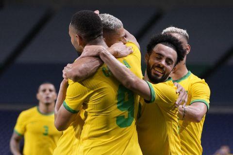 Οι Βραζιλιάνοι πανηγυρίζουν το γκολ που σημείωσαν κόντρα στην Αίγυπτο