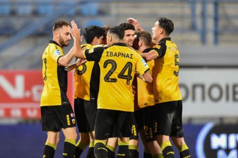 Οι παίκτες της ΑΕΚ πανηγυρίζουν το τέρμα που πέτυχαν κόντρα στον Αστέρα Τρίπολης