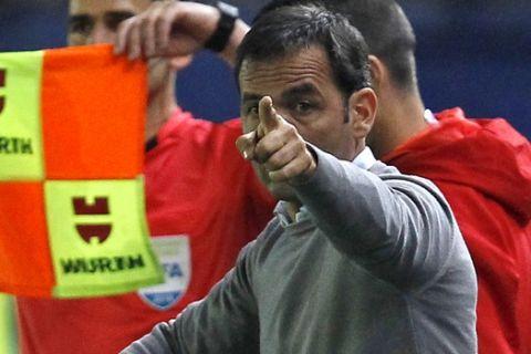 Villareal's coach Javier Calleja gestures to players during the Spanish La Liga soccer match between Villarreal and Real Madrid at the Ceramica stadium in Villarreal, Spain, Saturday, May 19, 2018. (AP Photo/Alberto Saiz)
