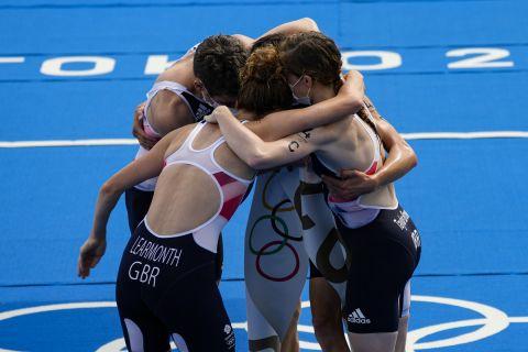 Οι αθλητές της Μεγάλης Βρετανίας πανηγυρίζουν για την κατάκτηση του χρυσού μεταλλίου