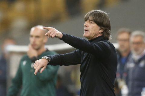 Ο Γιόακιμ Λεβ δίνει οδηγίες στους παίκτες της εθνικής Γερμανίας σε αγώνα του Nations League με την Ουκρανία (10 Οκτωβρίου 2020)