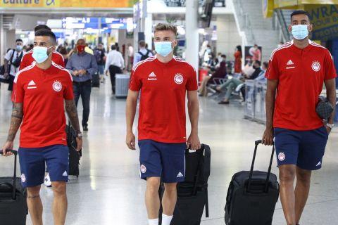 Οι παίκτες του Ολυμπιακού κατά την αναχώρησή τους για το Στανς της Αυστρίας