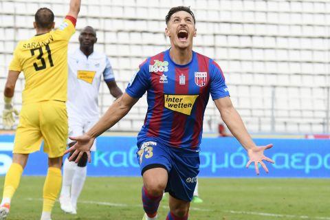 Ο Μπαρτόλο πανηγυρίζει γκολ του στην αναμέτρηση του Βόλου με τη Λαμία για την 1η αγωνιστική της Super League Interwetten.