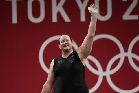 Η Λόρελ Χάμπαρντ στους Ολυμπιακούς Αγώνες του Τόκιο, το πρώτο διεμφυλικό άτομο που λαμβάνει συμμετοχή σε Ολυμπιακά τουρνουά