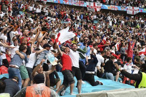 Οι οπαδοί της Αγγλίας πανηγυρίζουν στο Γούεμπλεϊ