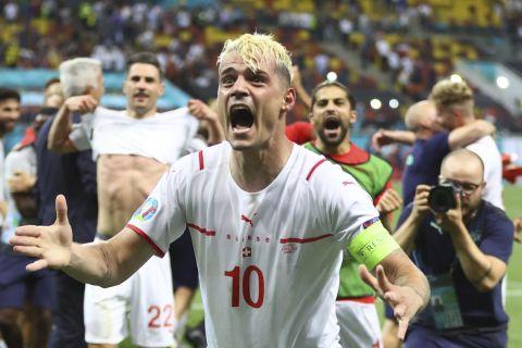 Ο Γκράνιτ Τζάκα πανηγυρίζει την πρόκριση των Ελβετών στα προημιτελικά του Euro 2020