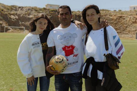 Ο Νέρι Καστίγιο με τη γυναίκα και την κόρη του στο γήπεδο των Φούρνων