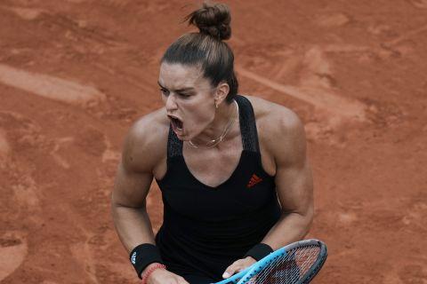 Η Μαρία Σάκκαρη πανηγυρίζει την πρόκρισή της στα προημιτελικά του Rolland Garros