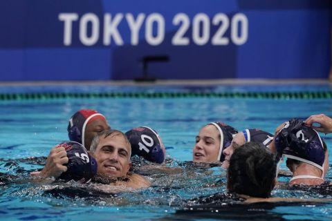 Ο προπονητής των ΗΠΑ, Άνταμ Κρικοριάν, πανηγυρίζει την κατάκτηση του χρυσού μεταλλίου στο τουρνουά πόλο γυναικών των Ολυμπιακών Αγώνων 2020, Τόκιο | Σάββατο 7 Αυγούστου 2021