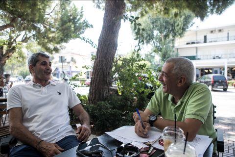 Ο Τάκης Κορωναίος στη συνέντευξή του στο SPORT24, παρέα με τον Βασίλη Σκουντή