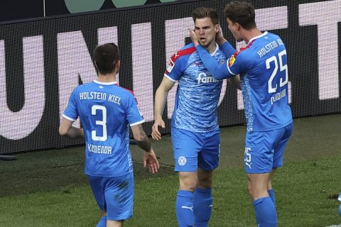 Ο Σιμόν Λόρεντς πανηγυρίζει το γκολ του στο Κολωνία - Χόλσταϊν Κιλ για τα μπαράζ της Bundesliga.