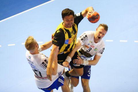 Ο Γιέσπερ Πέντερσεν σε στιγμιότυπο από τον πρώτο τελικό του EHF CUP ανάμεσα στην ΑΕΚ και την Ίσταντς