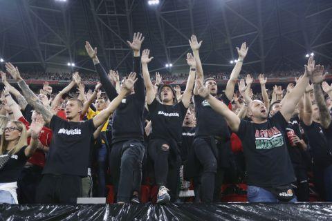 Οπαδοί της Ουγγαρίας στις εξέδρες της Πούσκας Αρένα στο πλαίσιο του αγώνα με την Αγγλία για τα προκριματικά του Παγκοσμίου Κυπέλλου του 2022