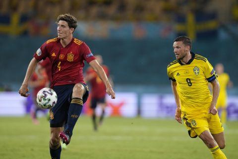 Ο Πάου Τόρες με τον Αλμπίν Έκνταλ στην αναμέτρηση της Ισπανίας με τη Σουηδία