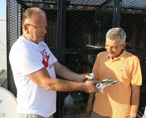Ο Ντούσαν Ίβκοβιτς δείχνει στον Βασίλη Σκουντή τον περιστερώνα του στο σπίτι του στην Ελλάδα