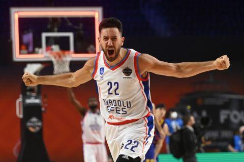 Ο Μίτσιτς πανηγυρίζει την κατάκτηση της EuroLeague από την Αναντολού Εφές