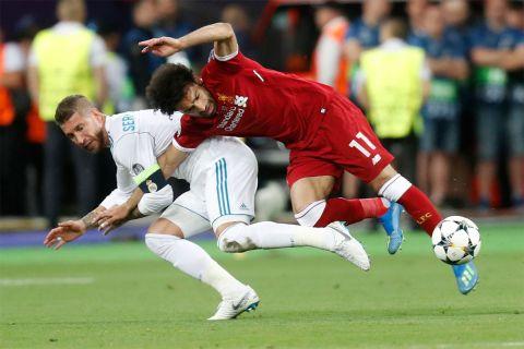 Το σκληρό μαρκάρισμα του Ράμος στον Σαλάχ, που δεν τιμωρήθηκε ποτέ, στον τελικό του Champions League του 2018, ανάμεσα στη Ρεάλ και τη Λίβερπουλ (27/5/2018).