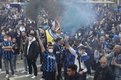 Οι οπαδοί της Ίντερ πανηγυρίζουν στην Piazza Duomo την κατάκτηση του σκουντέτο για τη σεζόν 2020-21 από την Ίντερ (2 Μαΐου 2021)