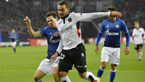 Nice's Anastasios Donis and Schalke's Sascha Riether, left, challenge for the ball during the Europa League group I soccer match between FC Schalke 04 and OGC Nice in Gelsenkirchen, Germany, Thursday, Nov. 24, 2016 . (AP Photo/Martin Meissner)
