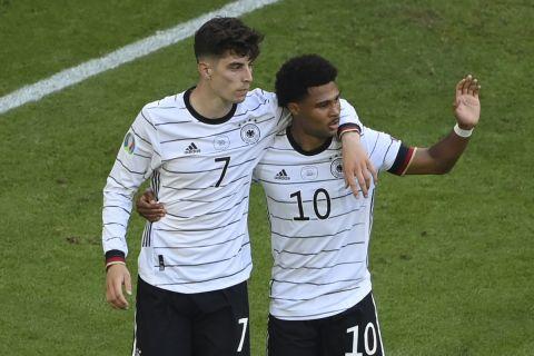 Ο Χάβερτς πανηγυρίζει με τον Γκνάμπρι το γκολ στο Πορτογαλία - Γερμανία για το Euro 2020.