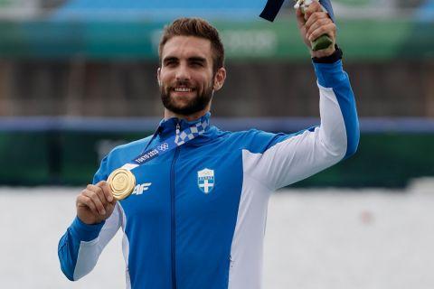 Ο Στέφανος Ντούσκος με το χρυσό μετάλλιο των Ολυμπιακών Αγώνων στο μονό σκιφ ανδρών