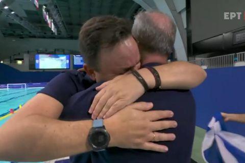 Ο Θοδωρής Βλάχος βάζει τα κλάματα μετά την νίκη επί της Ουγγαρίας