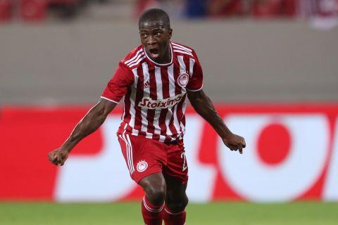 Ο Αγκιμπού Καμαρά πανηγυρίζει το γκολ που σημείωσε απέναντι στη Λουντογκόρετς