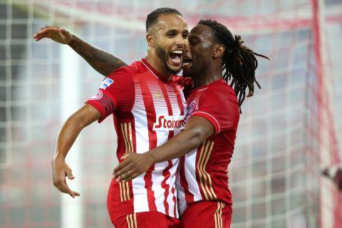 Αραμπί και Σεμέδο πανηγυρίζουν γκολ του Ολυμπιακού στη Super League Interwetten.
