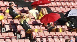 Σαουθάμπτον – Άρσεναλ: Με ομπρέλες στις εξέδρες οι παίκτες του Αρτέτα