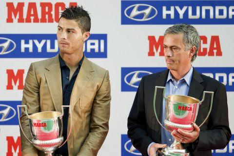 Οι Κριστιάνο Ρονάλντο και Ζοζέ Μουρίνιο ποζάρουν με τα βραβεία που τους έδωσε η Marca για τον τίτλο του Καλύτερου παίκτη και του Καλύτερου Προπονητή της χρονιάς στο ισπανικό πρωτάθλημα (3 Οκτωβρίου 2011)