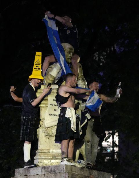 Οι οπαδοί της Σκωτίας πανηγυρίζουν μετά το 0-0 κόντρα στην Αγγλία