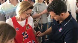 Ο Ιτούδης υπέγραψε στη μπλούζα γυναίκας φιλάθλου και έπαιξε πινγκ-πονγκ