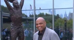 Οι Σίξερς παρουσίασαν το άγαλμα του Μπάρκλεϊ