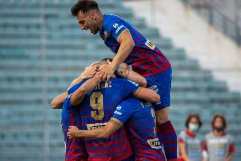 Οι παίκτες του Βόλου πανηγυρίζουν το γκολ του Δουβίκα με την ΑΕΛ /8-5-2021