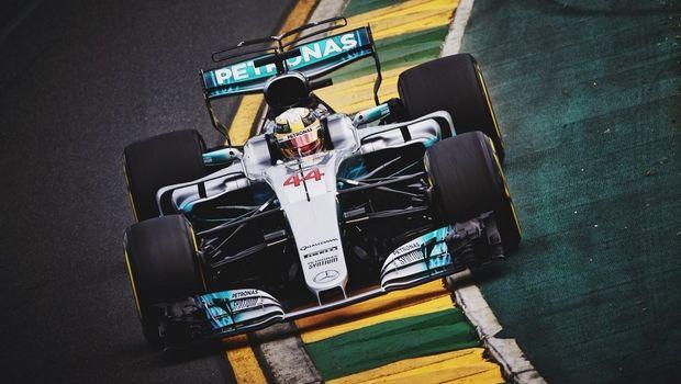 Δηλώνει πίστη και θαυμασμό στη Mercedes o Hamilton