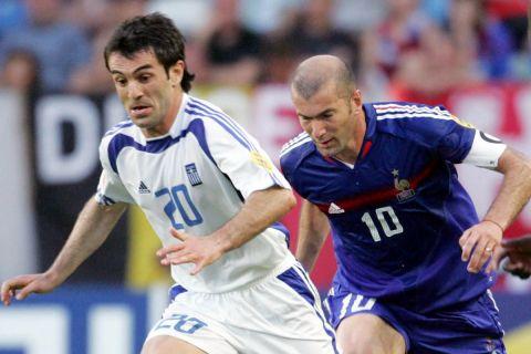 Ο Γιώργος Καραγκούνης με τον Ζινεντίν Ζιντάν στον προημιτελικό του 2004