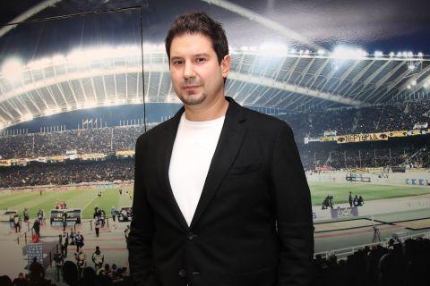 Ο Αργύρης Γιαννίκης κατά την παρουσίαση του από την ΑΕΚ