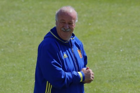 Spain coach Vicente del Bosque smiles during a training session at the Sports Complex Marcel Gaillard in Saint Martin de Re in France, Sunday, June 26, 2016. Spain will face Italy in a Euro 2016 round of 16 soccer match in Paris on Monday, June 27, 2016. (AP Photo/Manu Fernandez)