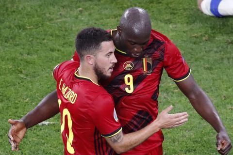 Ο Λουκάκου πανηγυρίζει το γκολ με τον Εντέν Αζάρ για το Φινλανδία - Βέλγιο για το Euro 2020.