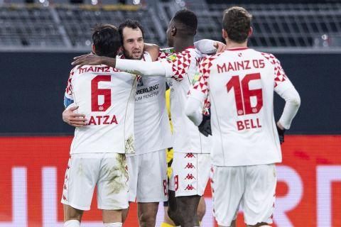 Οι παίκτες της Μάιντζ πανηγυρίζουν γκολ που σημείωσαν στη Bundesliga