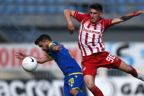 Ο Σουρλής μάχεται για την μπάλα στο Αστέρας - Ολυμπιακός για τα playoffs της Super League Interwetten.