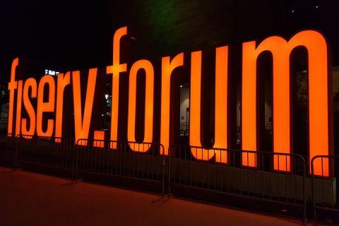 """Το λογότυπο του """"Fiserv Forum"""" έξω από το γήπεδο των Μπακς"""