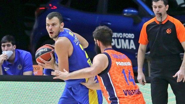 Ο Ζίζιτς σε φάση από το εκτός έδρας παιχνίδι της Μακάμπι με τη Βαλένθια για την EuroLeague