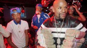 O Mayweather επιδεικνύει τα χρήματα που βγάζει από το στριπτιτζάδικο