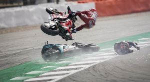 Moto GP: Η εντυπωσιακή πτώση του Ντοβιτσιόζο